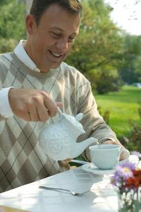 紅茶を注ぐシニア男性の写真素材 [FYI03954793]