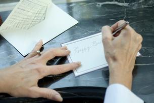 カードを書くシニア女性の手元の写真素材 [FYI03954803]