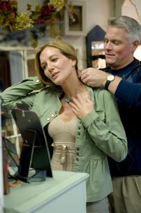 シニア女性にネックレスをつけるシニア男性の写真素材 [FYI03954858]