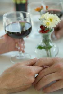 手を握るシニアカップルの手元の写真素材 [FYI03954875]