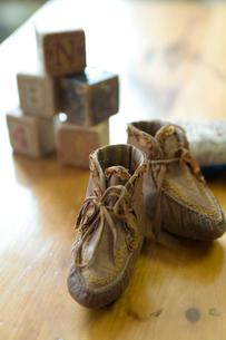 アンティークの子供靴の写真素材 [FYI03954876]