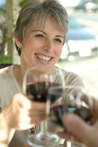 ワイングラスで乾杯するシニア女性の写真素材 [FYI03954878]