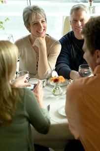 食卓を囲み談笑するシニアカップル2組の写真素材 [FYI03954879]