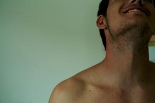 上を向く男性の上半身の写真素材 [FYI03954924]