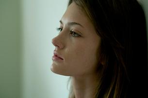 涙を流す女性の写真素材 [FYI03954959]