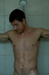 シャワーを浴びる男性の写真素材 [FYI03954971]