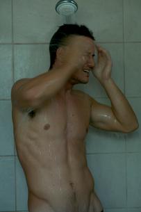 シャワーを浴びる男性の写真素材 [FYI03954972]