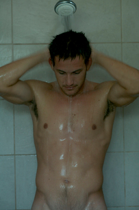 シャワーを浴びる男性の写真素材 [FYI03954974]