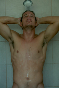 シャワーを浴びる男性の写真素材 [FYI03954975]