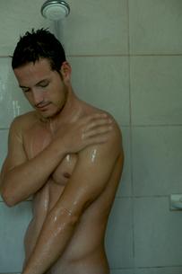 シャワーを浴びる男性の写真素材 [FYI03954976]