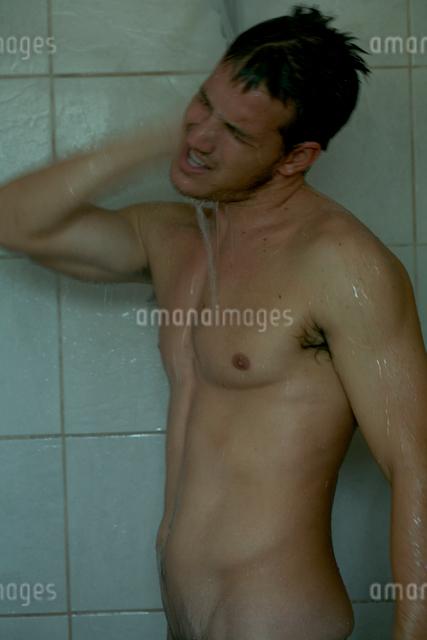 シャワーを浴びる男性の写真素材 [FYI03954977]