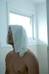 バスルームでタオルを頭にのせる男性の写真素材 [FYI03954978]
