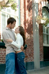 レンガ壁の前で抱き合うカップルの写真素材 [FYI03955005]