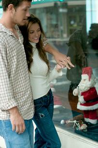 クリスマスのディスプレーを眺めるカップルの写真素材 [FYI03955025]