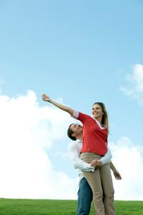 芝生の上で女性を抱える男性の写真素材 [FYI03955079]