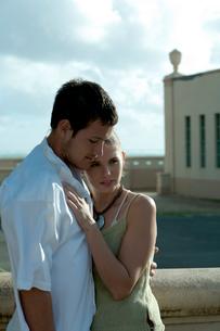 屋外で抱き合うカップルの写真素材 [FYI03955133]