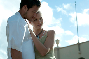 屋外で抱き合うカップルの写真素材 [FYI03955134]