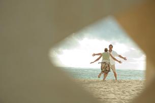 海外で抱き付こうとするカップルの写真素材 [FYI03955141]