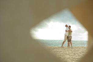 海岸で抱き合うカップルの写真素材 [FYI03955142]