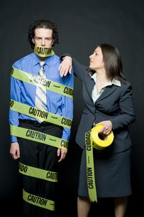 注意と書かれたテープで巻き付けられる男性の写真素材 [FYI03955197]