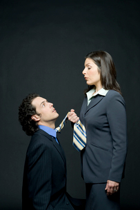 上司にネクタイを捕まれるビジネスマンの写真素材 [FYI03955199]