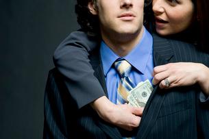 胸ポケットに現金を入れられるビジネスマンの写真素材 [FYI03955206]