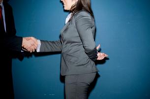 握手をするビジネスウーマンの写真素材 [FYI03955229]