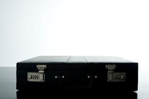 横に置かれたアタッシェケースの写真素材 [FYI03955237]