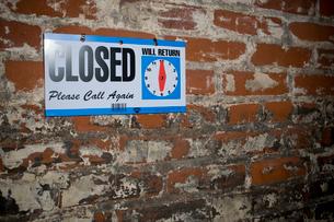 閉店と書かれた看板の写真素材 [FYI03955244]