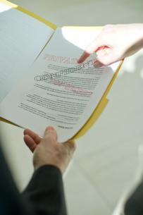 機密書類を指で指すビジネスマンの写真素材 [FYI03955253]