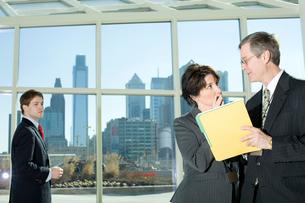 オフィスで立ち話をするビジネスマンの写真素材 [FYI03955254]