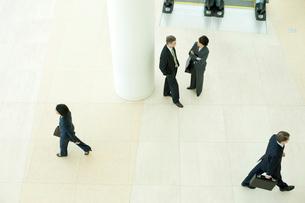 オフィスビルのロビーで会話する男女の写真素材 [FYI03955268]