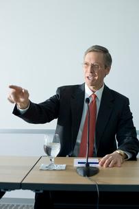 記者会見を行うビジネスマンの写真素材 [FYI03955271]