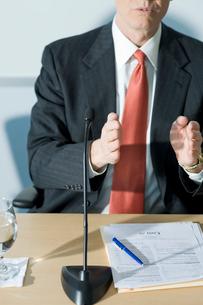 記者会見で説明を行うビジネスマンの写真素材 [FYI03955275]
