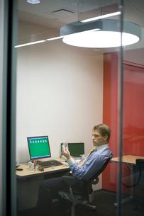 オフィスでトランプで遊ぶビジネスマンの写真素材 [FYI03955286]