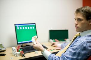オフィスでトランプで遊ぶビジネスマンの写真素材 [FYI03955287]