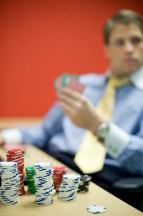 オフィスでトランプで遊ぶビジネスマンの写真素材 [FYI03955288]