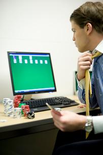 オフィスでトランプで遊ぶビジネスマンの写真素材 [FYI03955289]