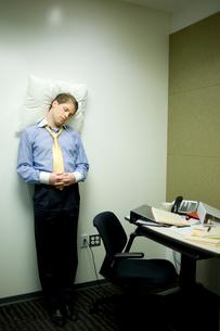 オフィスで仮眠をとるビジネスマンの写真素材 [FYI03955290]