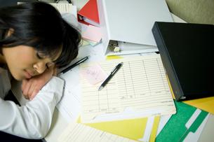 オフィスで仮眠をとるビジネスウーマンの写真素材 [FYI03955293]