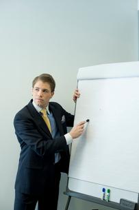 会議室でプレゼンテーションするビジネスマンの写真素材 [FYI03955296]