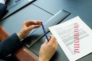機密書類とビジネスマンの手元の写真素材 [FYI03955297]