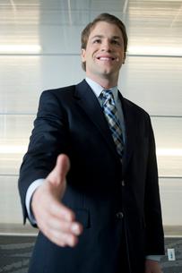 握手を求めるビジネスマンの写真素材 [FYI03955313]