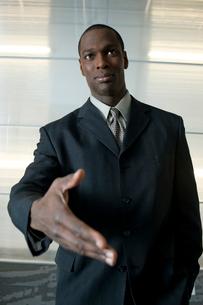握手を求めるビジネスマンの写真素材 [FYI03955317]