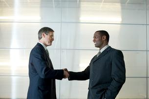 オフィスで握手をするビジネスマンの写真素材 [FYI03955318]