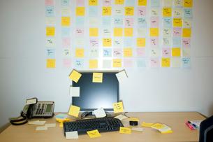 メモが壁一面に貼られたオフィスの写真素材 [FYI03955319]