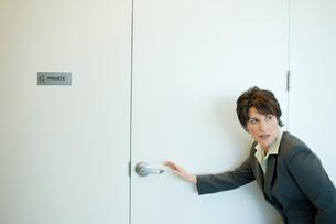 ドアを開けようとするビジネスウーマンの写真素材 [FYI03955320]