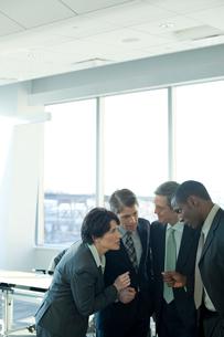 会議室で議論するスーツ姿の男女の写真素材 [FYI03955327]
