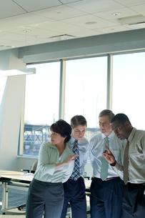 会議室で戦略をたてる男女の写真素材 [FYI03955329]