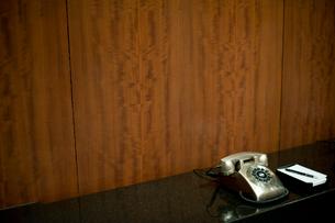 電話機とメモ帳の写真素材 [FYI03955340]
